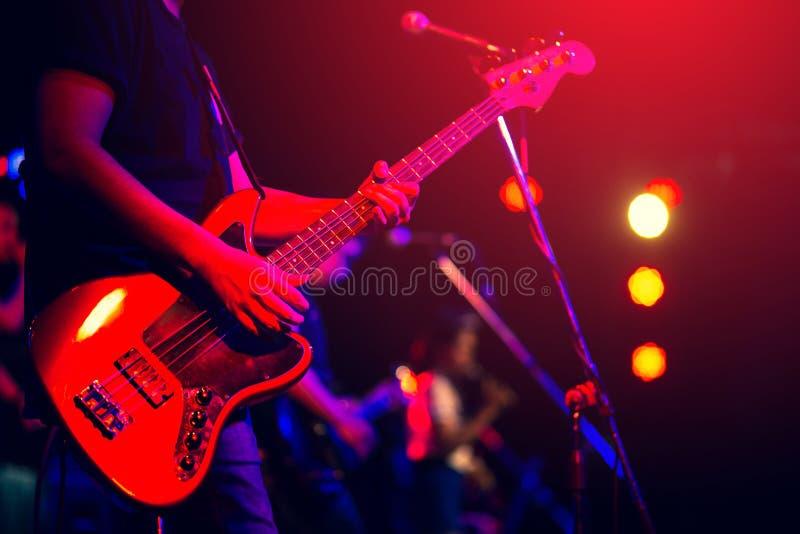 Hombre que toca la guitarra baja fotos de archivo