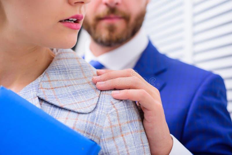 Hombre que toca a la muchacha Las derechas de la hembra de la protección Acoso sexual en el trabajo imagen de archivo libre de regalías