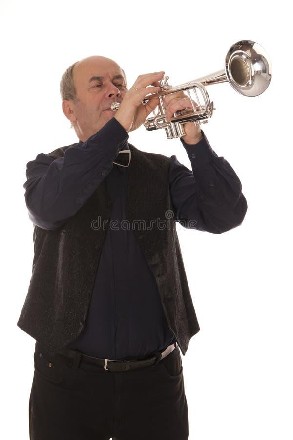 Hombre que toca la trompeta foto de archivo libre de regalías