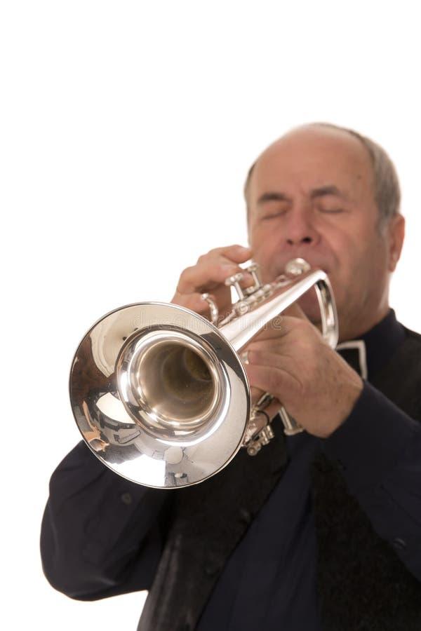 Hombre que toca la trompeta foto de archivo