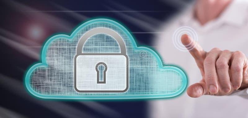 Hombre que toca un concepto de la seguridad de la nube foto de archivo libre de regalías