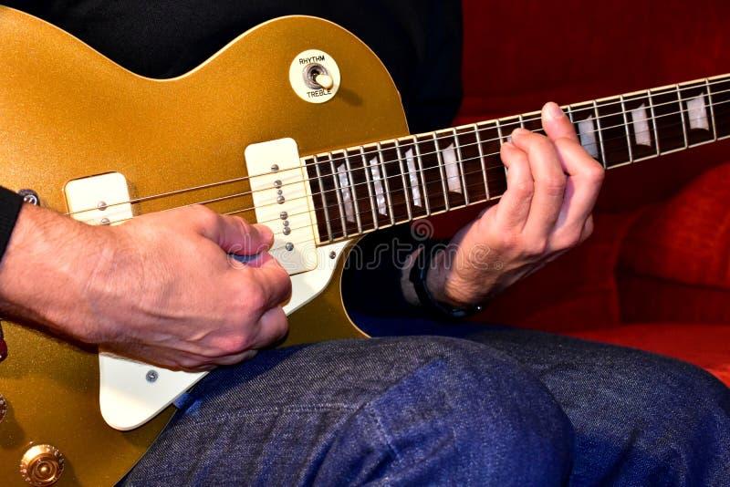 Hombre que toca una guitarra eléctrica Primer, ninguna cara imagenes de archivo