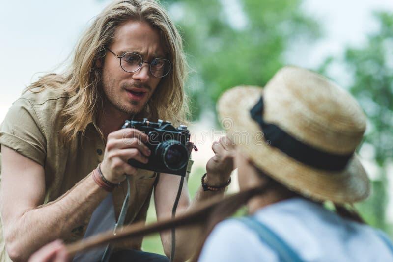 hombre que toma la foto de la mujer foto de archivo libre de regalías