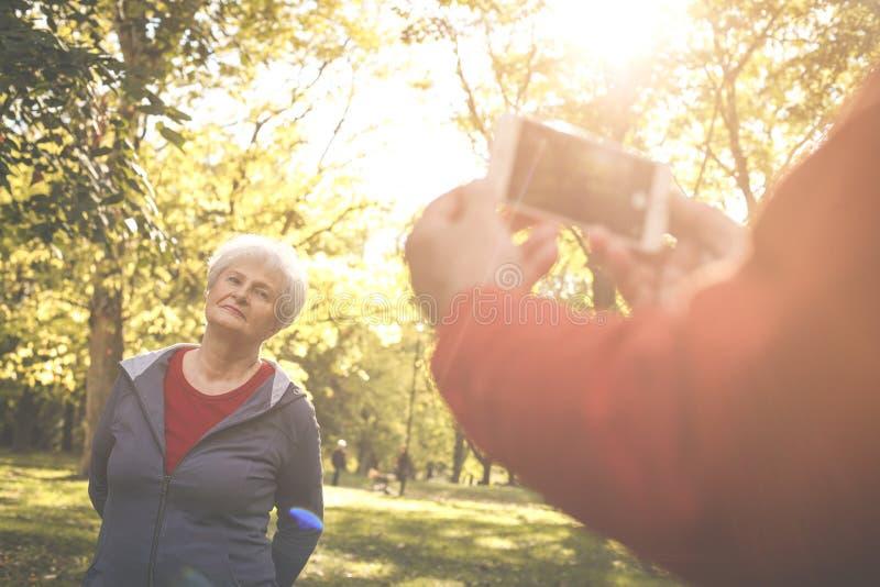 Hombre que toma la imagen del uno mismo de la mujer mayor fotos de archivo