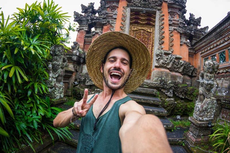 Hombre que toma un selfie en las vacaciones en Asia imagen de archivo