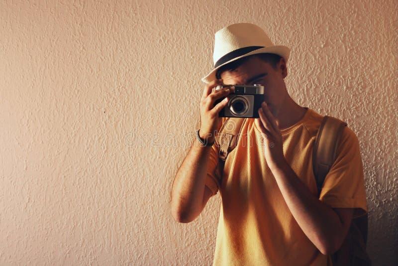 Hombre que toma una imagen con su cámara foto de archivo libre de regalías