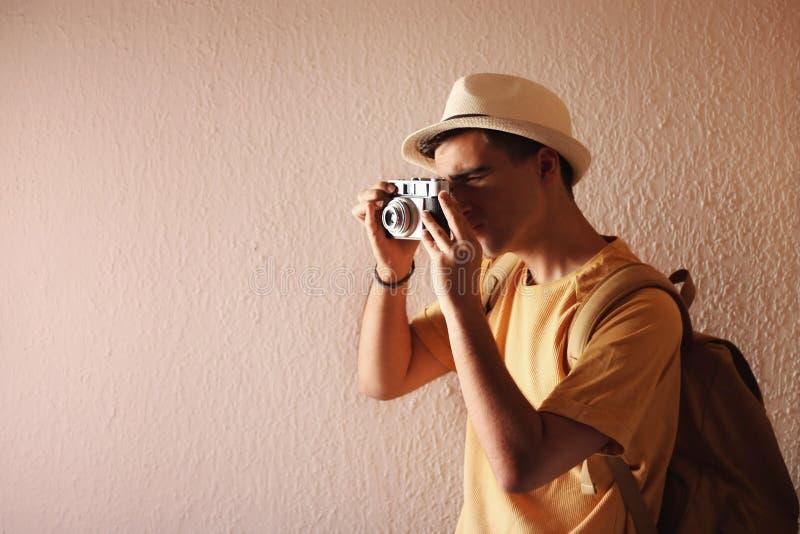 Hombre que toma una imagen con su cámara foto de archivo