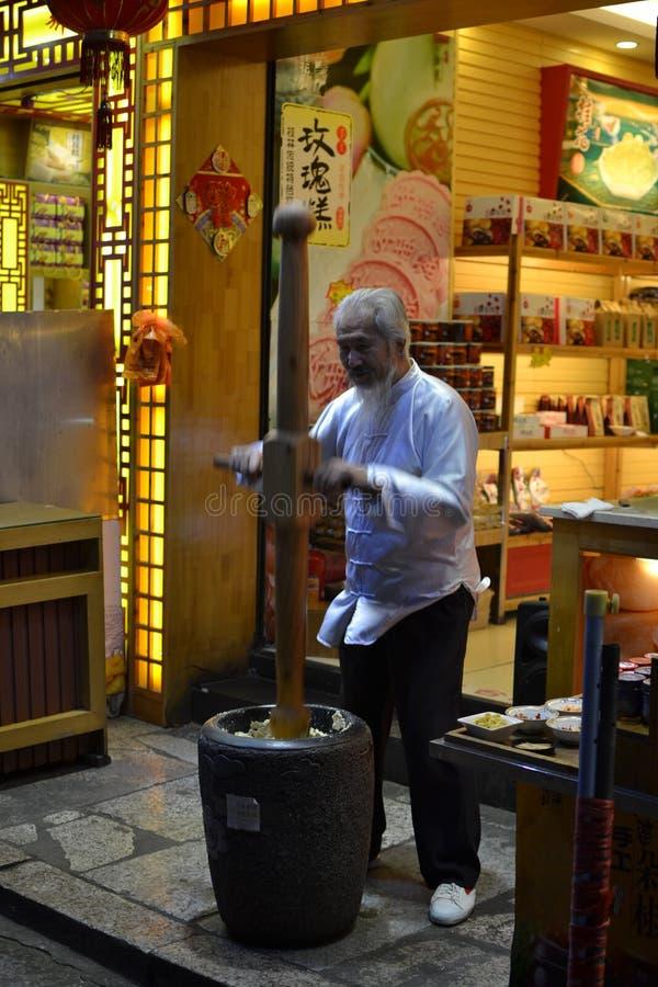 Hombre que trabaja el dought tradicional para los dulces fotos de archivo libres de regalías