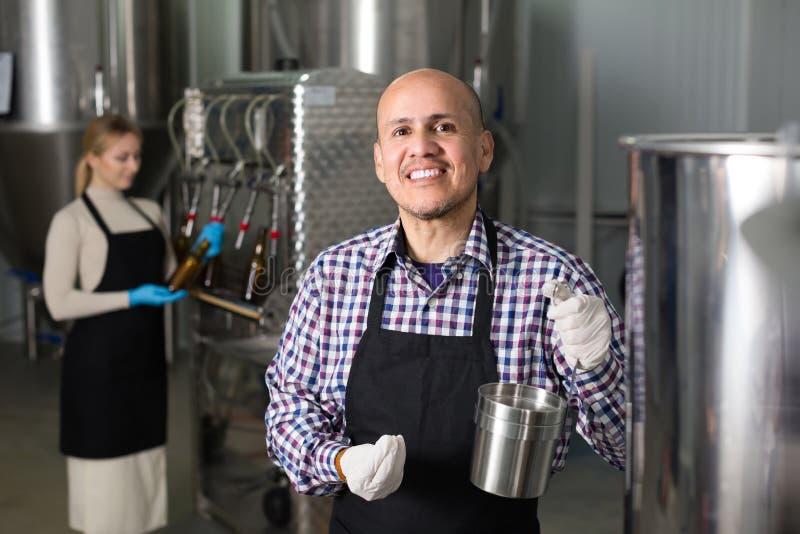 Hombre que trabaja en cervecería moderna fotografía de archivo