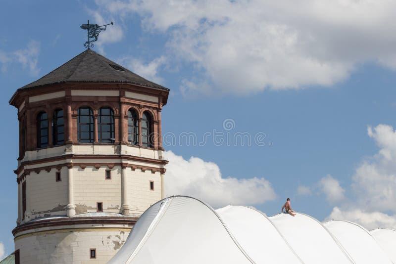 Hombre que trabaja en el tejado fotografía de archivo libre de regalías