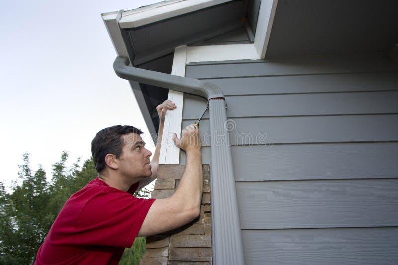 Hombre que trabaja en la casa - horizontal imagen de archivo libre de regalías