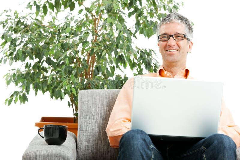 Hombre que trabaja en la computadora portátil fotos de archivo libres de regalías