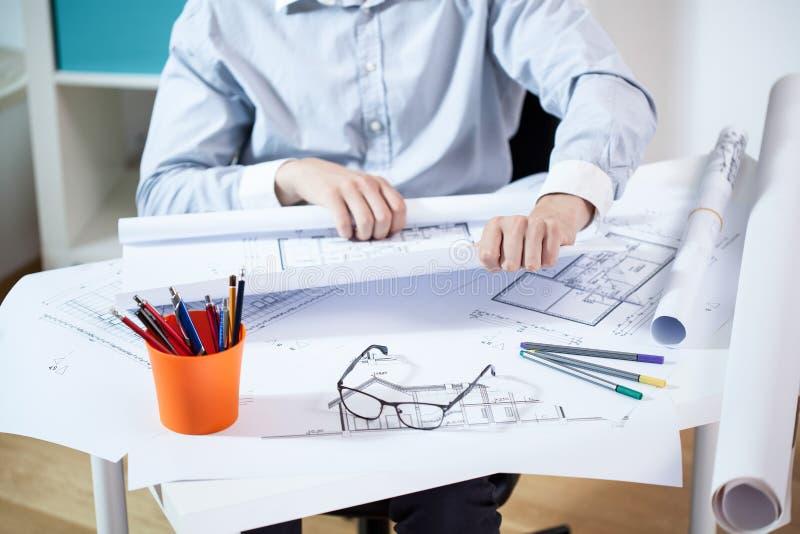 Hombre que trabaja en oficina arquitectónica imagen de archivo libre de regalías