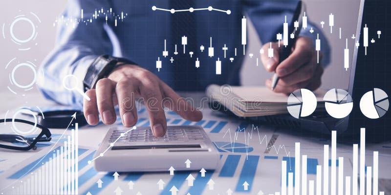 Hombre que trabaja en oficina Gr?ficos financieros del crecimiento Aumento de las ventas fotografía de archivo libre de regalías