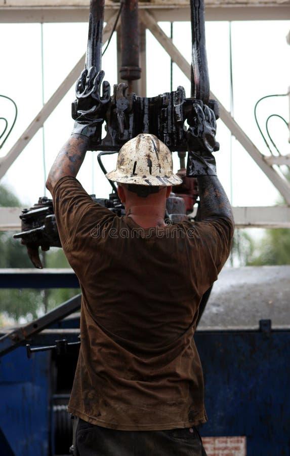 Hombre que trabaja en plataforma petrolera imagen de archivo