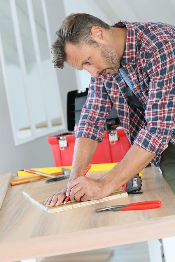 Hombre Que Trabaja En Proyectos De Bricolaje En Casa Imagen de ...