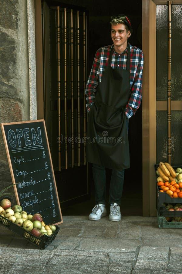 Hombre que trabaja en tienda de la fruta fotografía de archivo