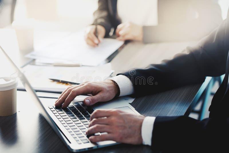 Hombre que trabaja en un ordenador portátil en oficina Concepto de distribución y de interconexión de Internet fotografía de archivo libre de regalías