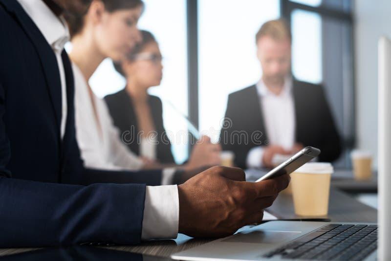 Hombre que trabaja en un teléfono móvil Concepto de distribución y de interconexión de Internet foto de archivo libre de regalías