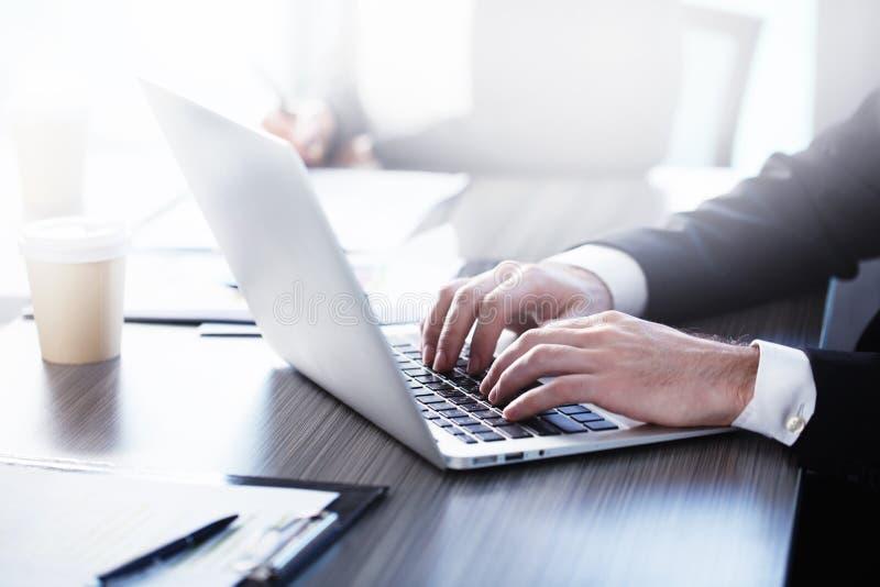 Hombre que trabaja en una computadora portátil Concepto de distribución y de interconexión de Internet imagen de archivo libre de regalías