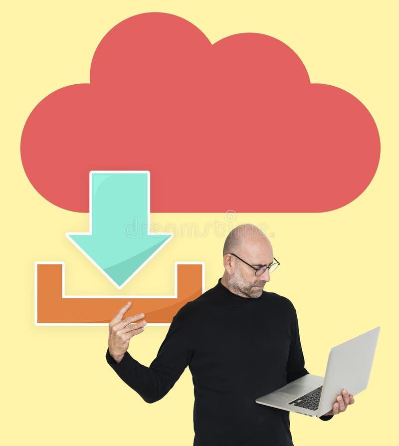 Hombre que transfiere ficheros de una nube ilustración del vector