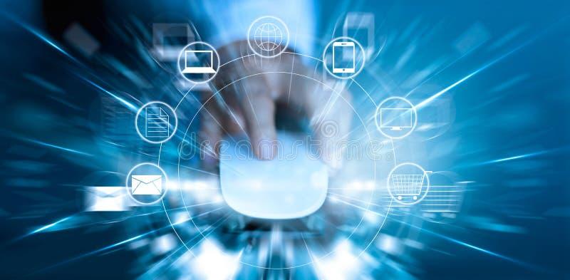 Hombre que usa compras de los pagos del ratón y la conexión de red en línea del cliente del icono imagen de archivo libre de regalías