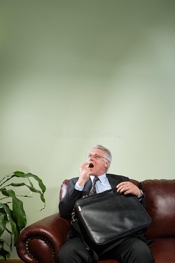 Hombre que usa el ambientador de la respiración fotografía de archivo