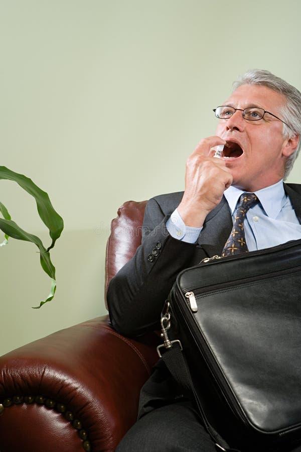 Hombre que usa el ambientador de la respiración fotos de archivo