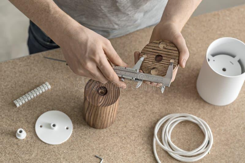 Hombre que usa el calibrador en taller fotografía de archivo libre de regalías