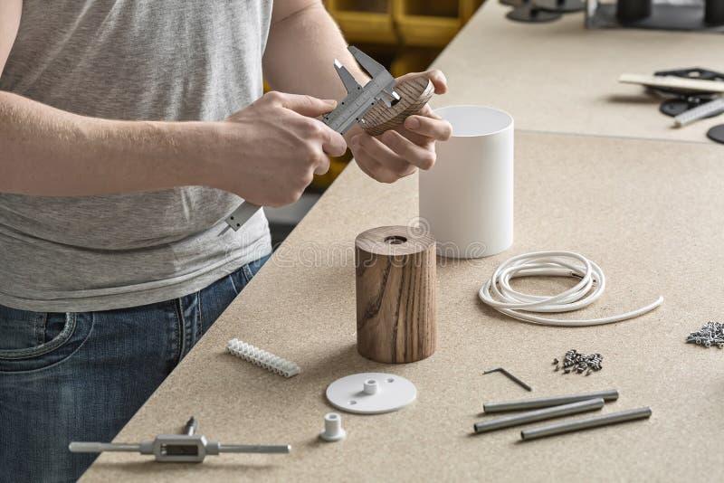 Hombre que usa el calibrador en taller imágenes de archivo libres de regalías