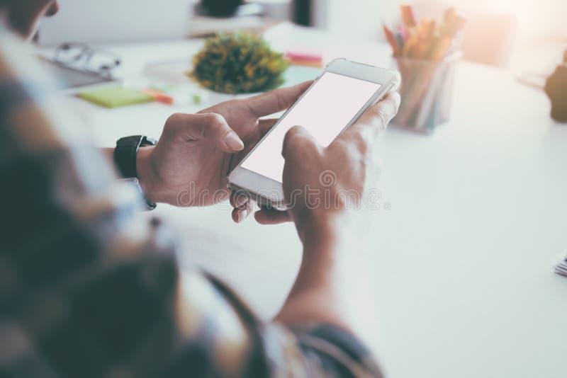 Hombre que usa el móvil Concepto de la tecnología inalámbrica fotografía de archivo libre de regalías