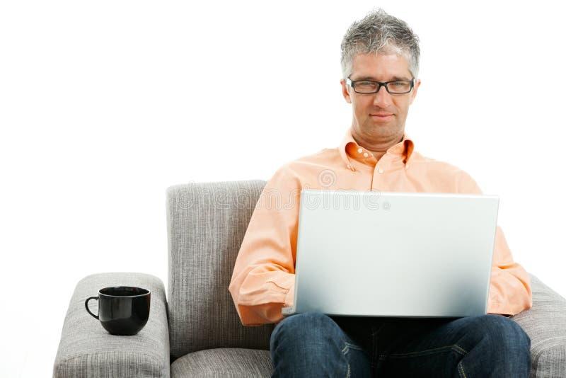 Hombre que usa el ordenador portátil imagen de archivo libre de regalías