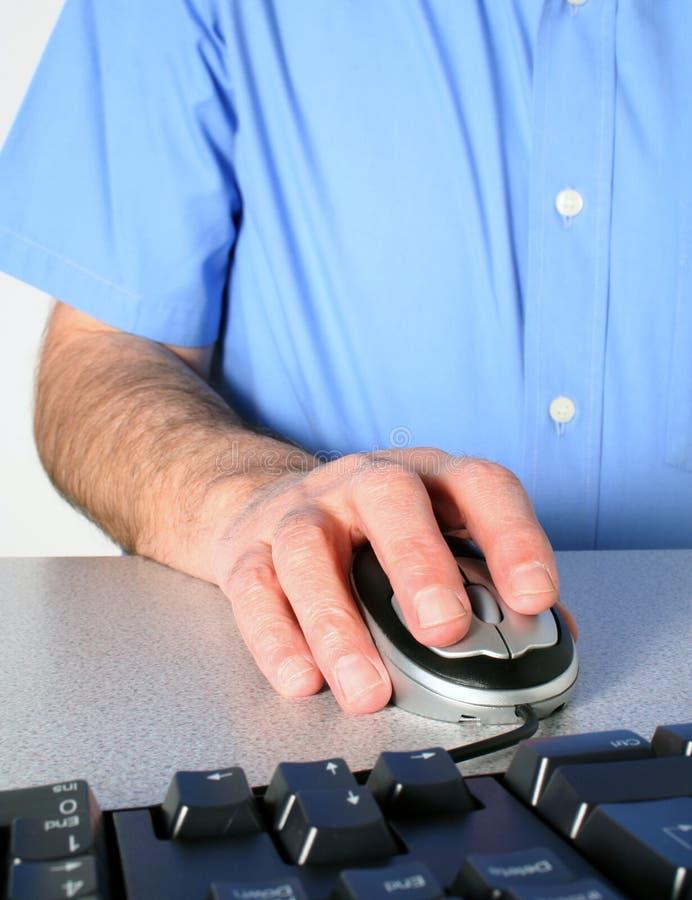 Hombre que usa el ratón imagen de archivo libre de regalías