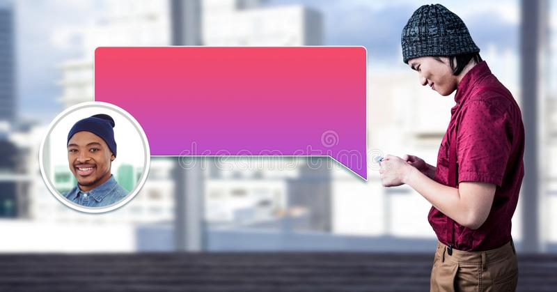 Hombre que usa el teléfono con perfil de la mensajería de la burbuja de la charla foto de archivo libre de regalías