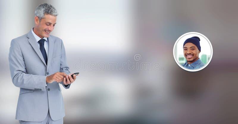 Hombre que usa el teléfono con perfil de la mensajería de la burbuja de la charla imagenes de archivo