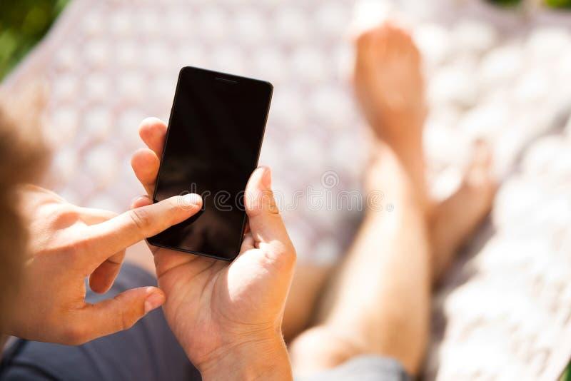 Hombre que usa el teléfono elegante móvil imágenes de archivo libres de regalías