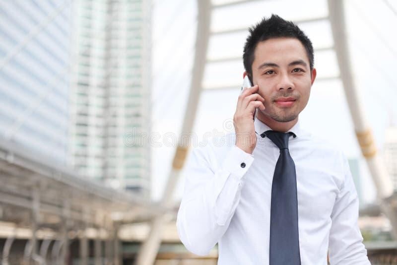 Hombre que usa el teléfono elegante móvil imagen de archivo libre de regalías