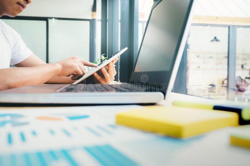 Hombre que usa la PC digital de la tableta en el lugar de trabajo foto de archivo libre de regalías