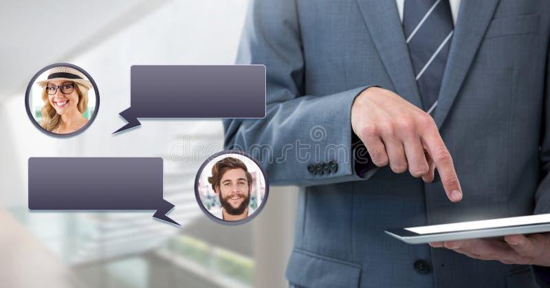 Hombre que usa la tableta con perfil de la mensajería de la burbuja de la charla fotografía de archivo libre de regalías