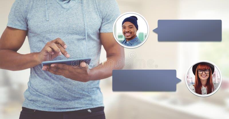 Hombre que usa la tableta con perfil de la mensajería de la burbuja de la charla imagen de archivo libre de regalías