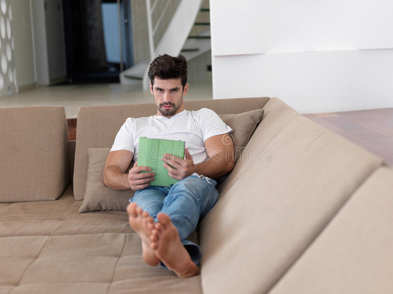 Hombre que usa la tableta del hogar imágenes de archivo libres de regalías
