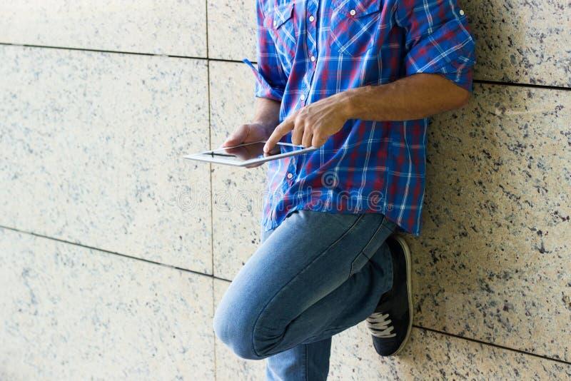 Hombre que usa la tableta digital imagenes de archivo