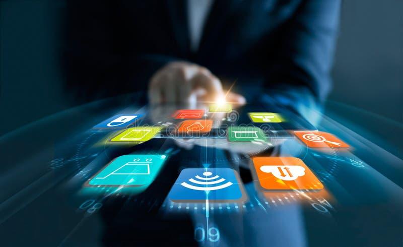 Hombre que usa la tableta para las compras en línea con los iconos de la velocidad foto de archivo