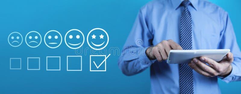 Hombre que usa la tablilla digital Concepto de la experiencia del cliente imagen de archivo