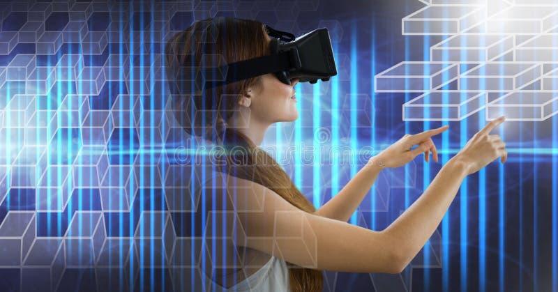 Hombre que usa las auriculares de la realidad virtual con la transición geométrica fotografía de archivo libre de regalías