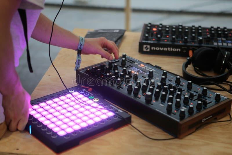 Hombre que usa los cojines del sintetizador de la música en el festival del sonar imágenes de archivo libres de regalías
