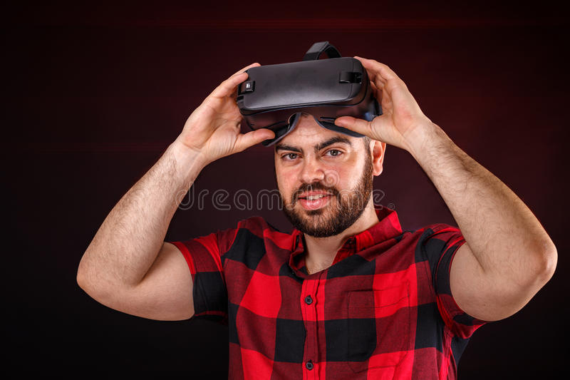 Hombre que usa los vidrios de VR fotografía de archivo libre de regalías