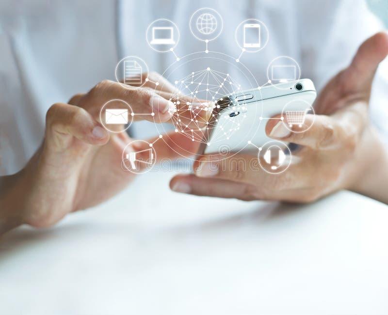 Hombre que usa pagos móviles, llevando a cabo el círculo conexión global y del icono del cliente de red, canal de Omni