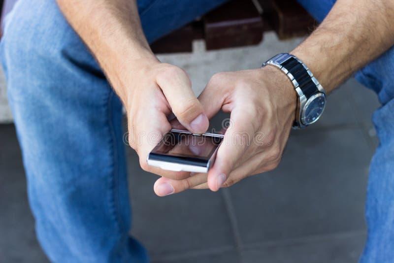 Hombre que usa smartphone fotografía de archivo
