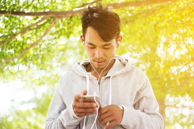 Hombre que usa smartphones fotos de archivo libres de regalías